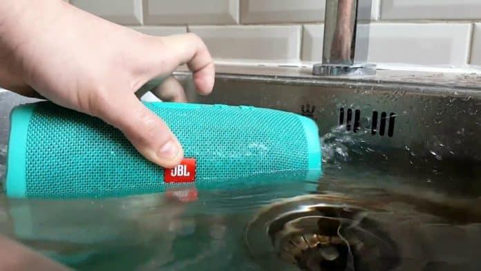 Колонка JBL Charge 3 играет даже в воде