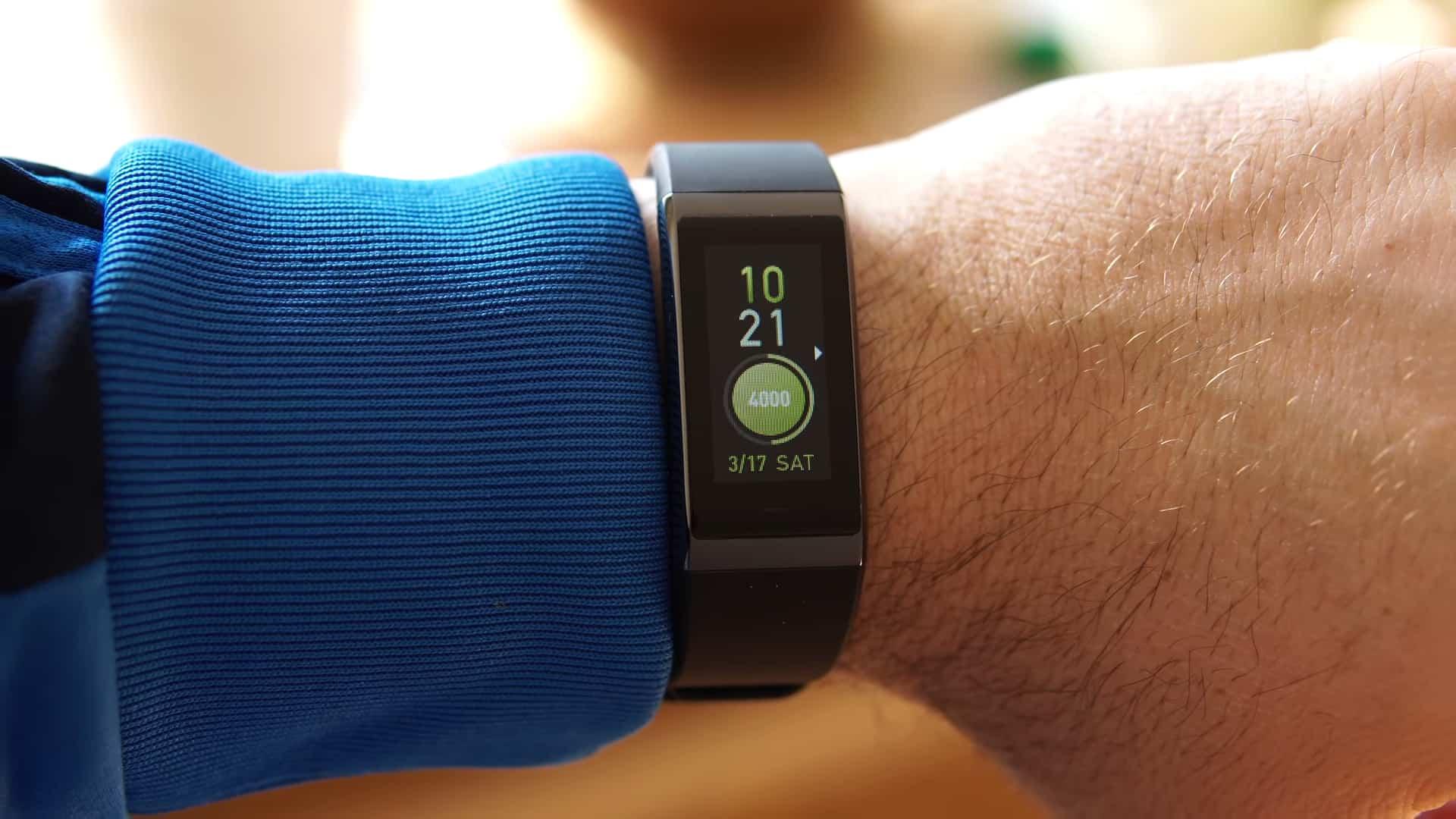 Фитнес-браслет на руке