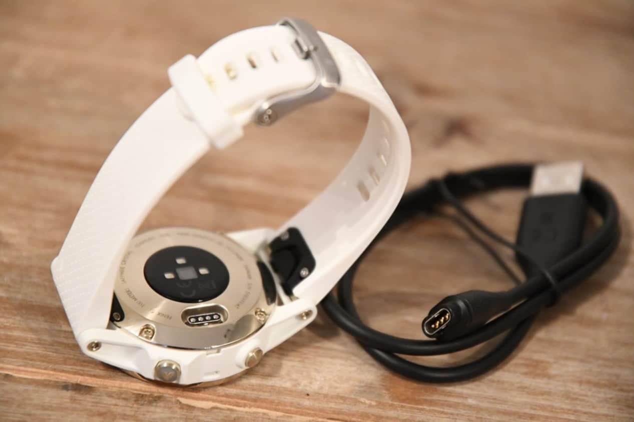 Тыльная сторона часов и зарядный кабель