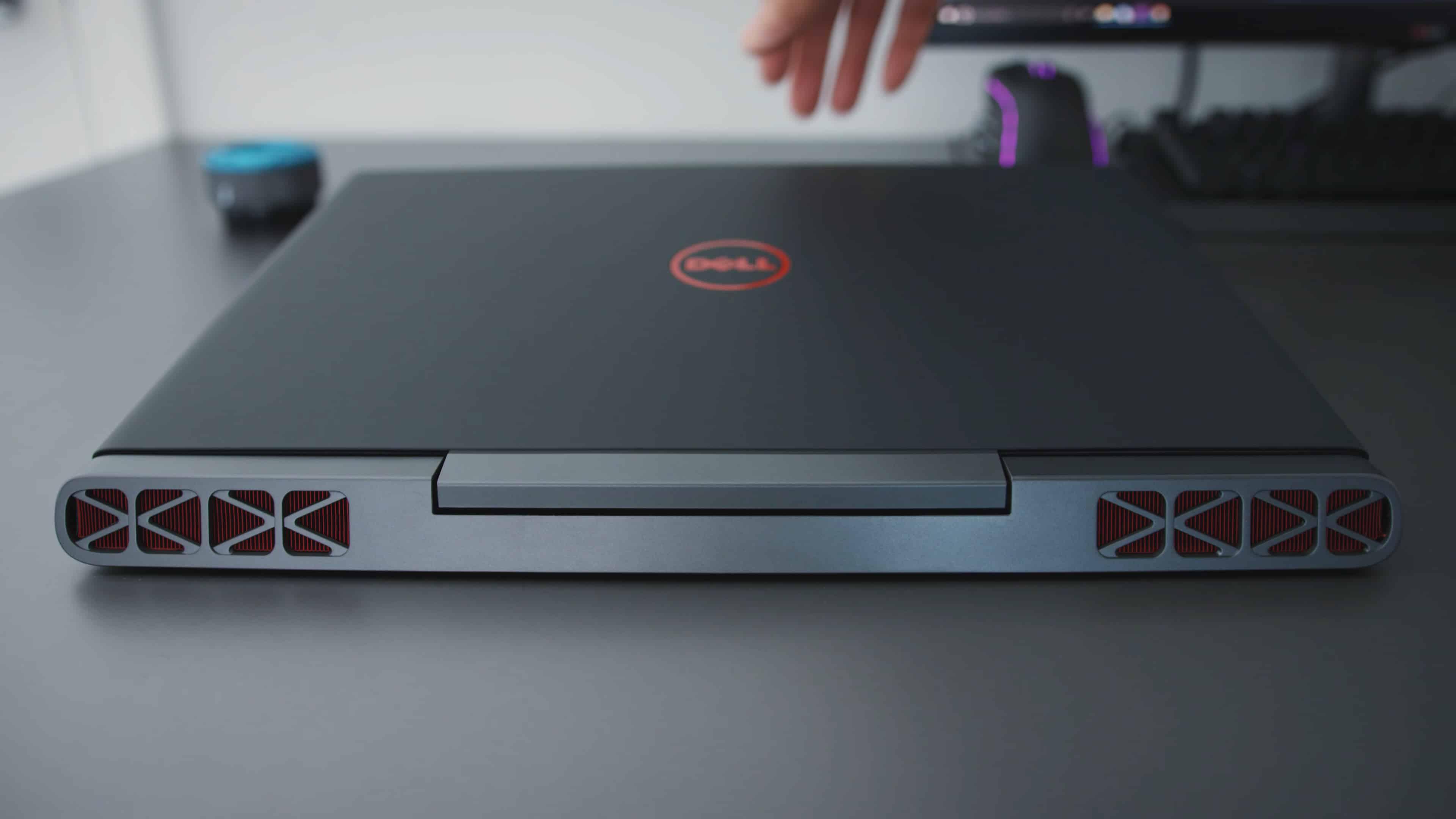 Вид сзади на сложенный ноутбук Dell Inspiron 7567