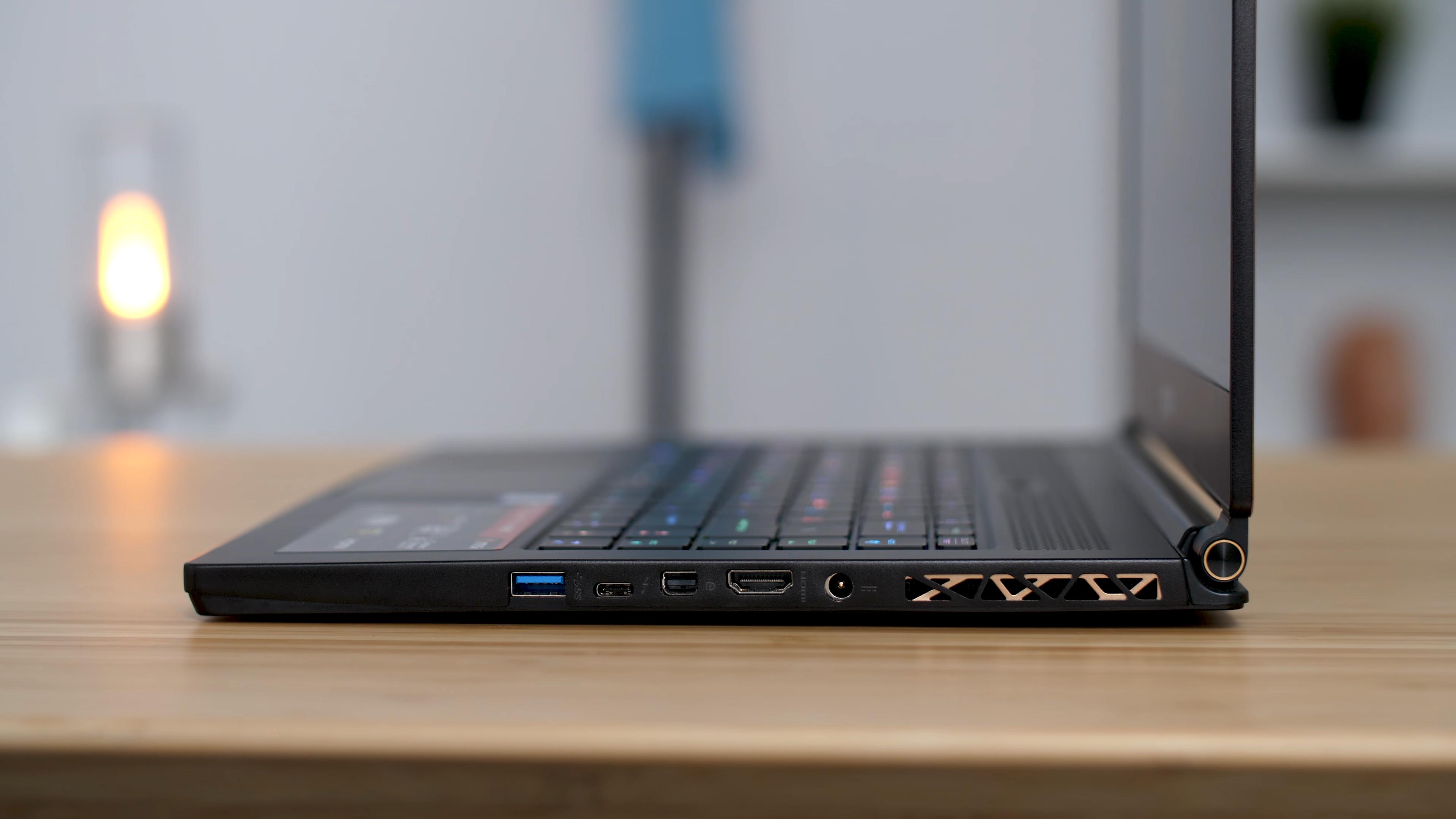 Вид сбоку на ноутбук
