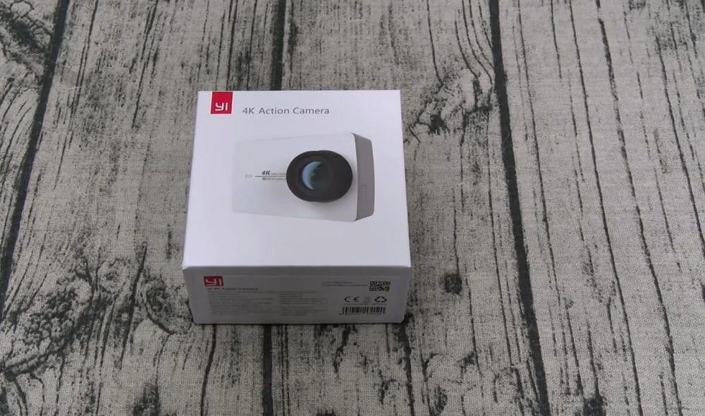 Скромная комплектация YI 4K Action Camera