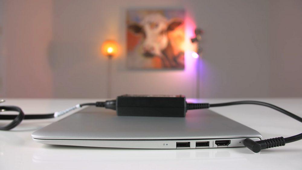 Подключенное зарядное устройство HP Envy 13