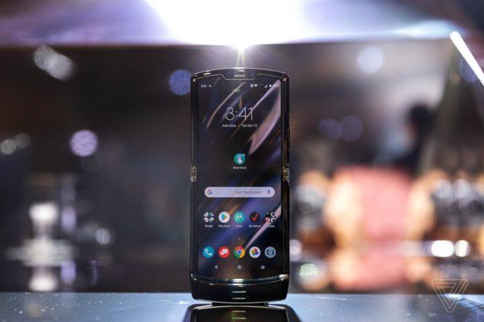 Складной смартфон Motorola Razr
