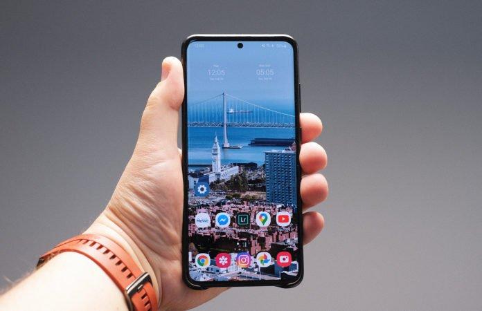 Samsung S20 Ultra в руке
