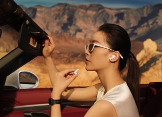 Девушка в наушниках Huawei FreeBuds Pro