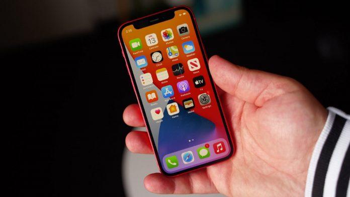 iPhone 12 mini в руке