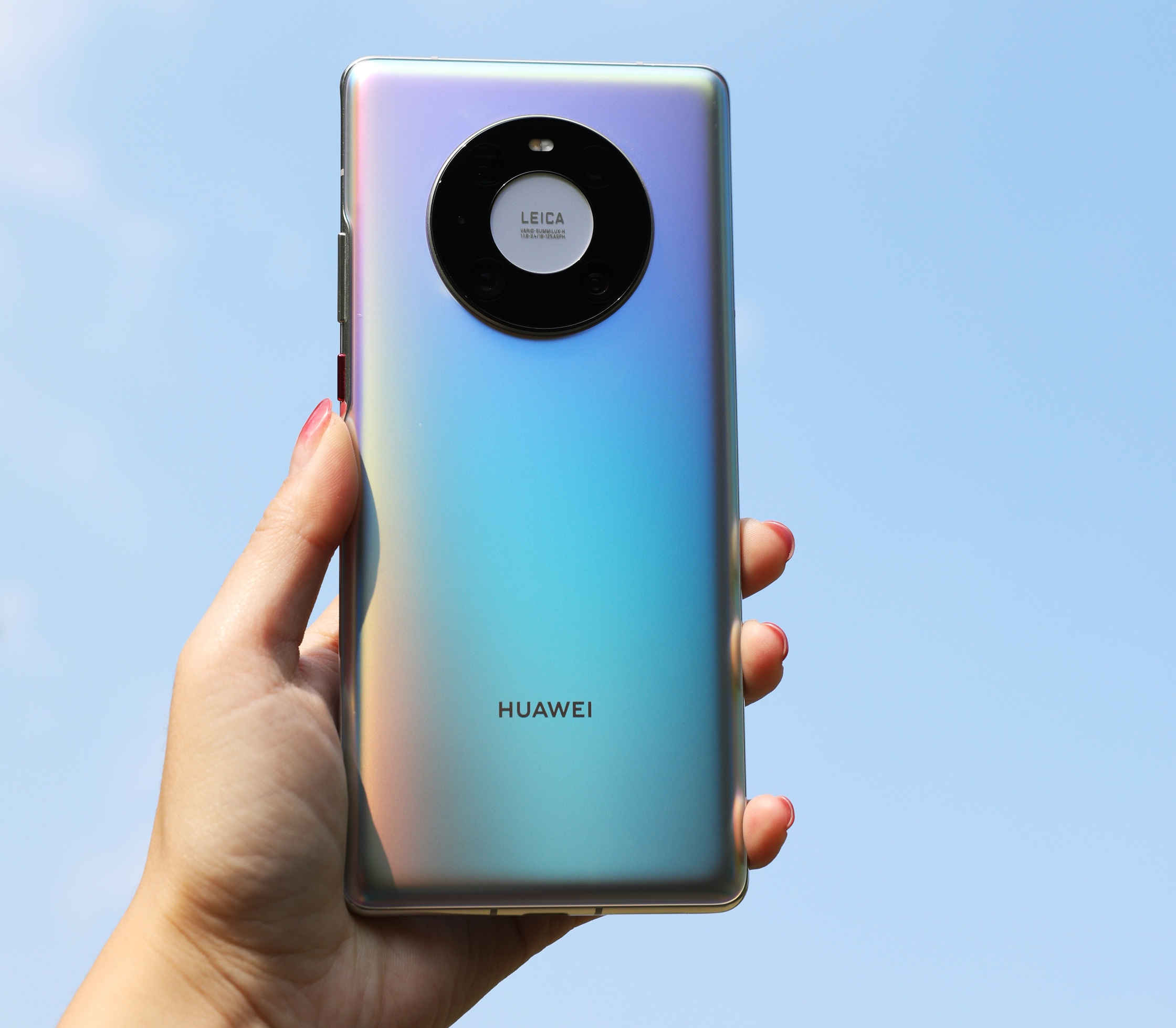 Смартфон Huawei Mate 40E в руке