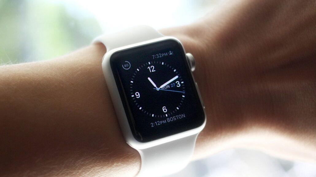 Смарт-часы на руке