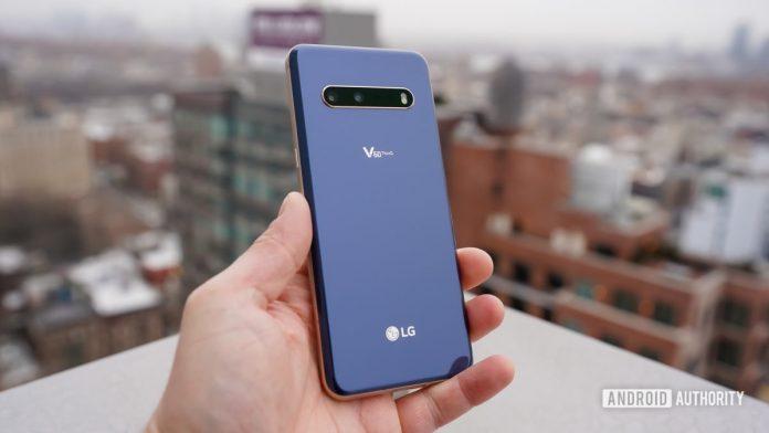 LG V70 ThinQ в руке